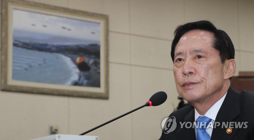 8月14日,在韩国国会,国防部长官宋永武出席国防委员会全体会议,回答议员提问。(韩联社)