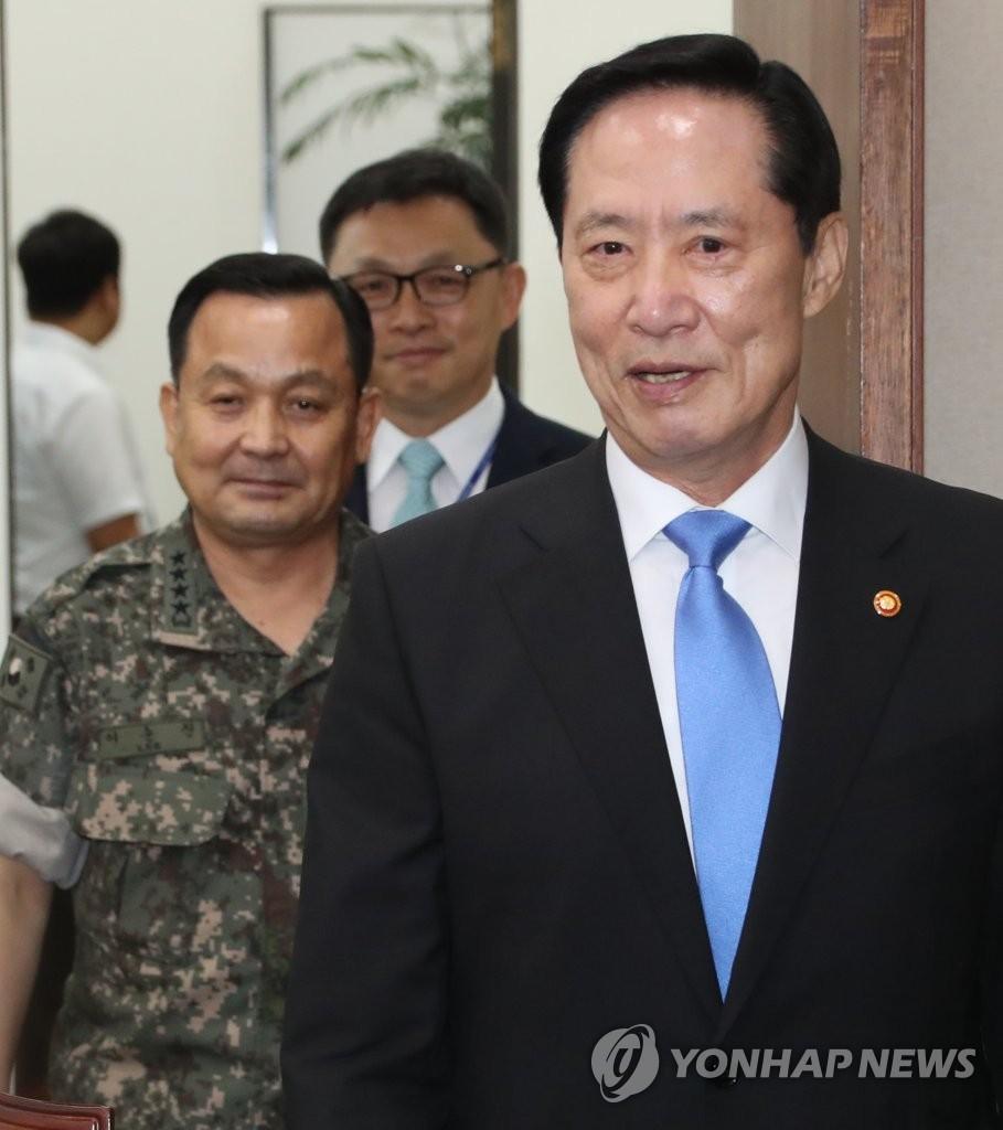 8月14日,在韩国国会,国防部长官宋永武(右)和联参议长李淳镇(左)出席国防委员会全体会议。(韩联社)