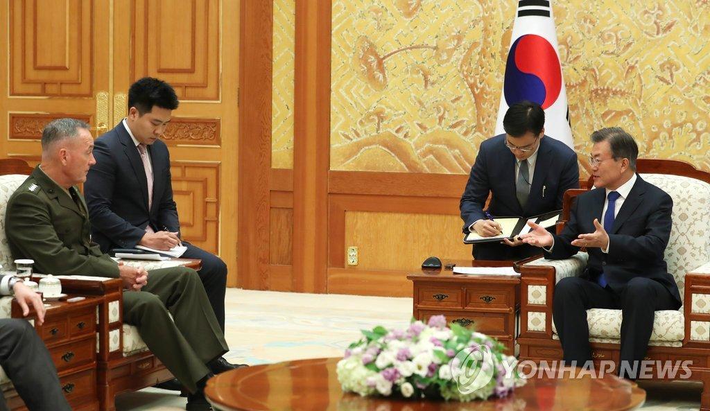 8月14日下午,在青瓦台,韩国总统文在寅(右)接见美国参谋长联席会议主席邓福德。(韩联社)