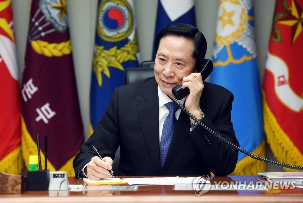8月16日,宋永武和美国国防部部长马蒂斯通电话。(韩联社/国防部提供)