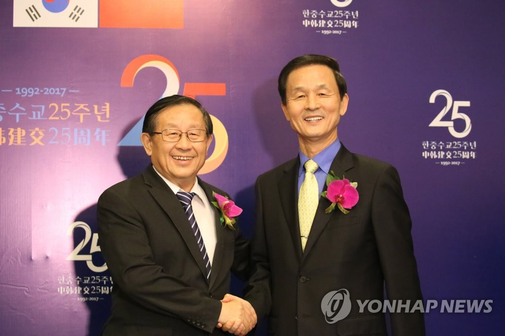 韩驻华大使金章洙与万钢握手