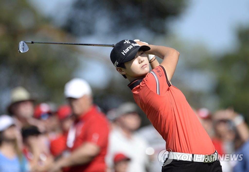 当地时间8月27日,在加拿大,韩国高尔夫球运动员朴城炫在LPGA巡回赛加拿大太平洋女子公开赛最后一轮比赛中挥杆。(韩联社/美联社)