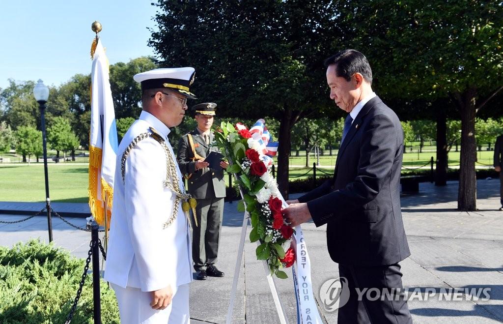 韩防长在美向韩战烈士献花