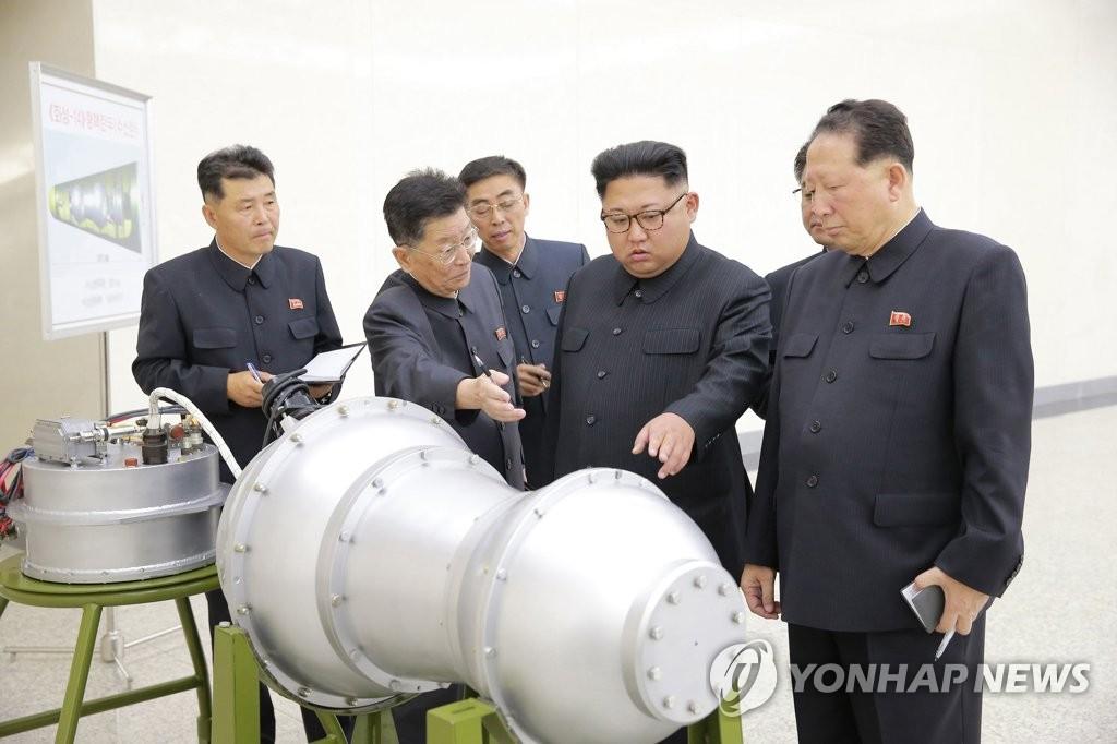 金正恩视察核武器研究所