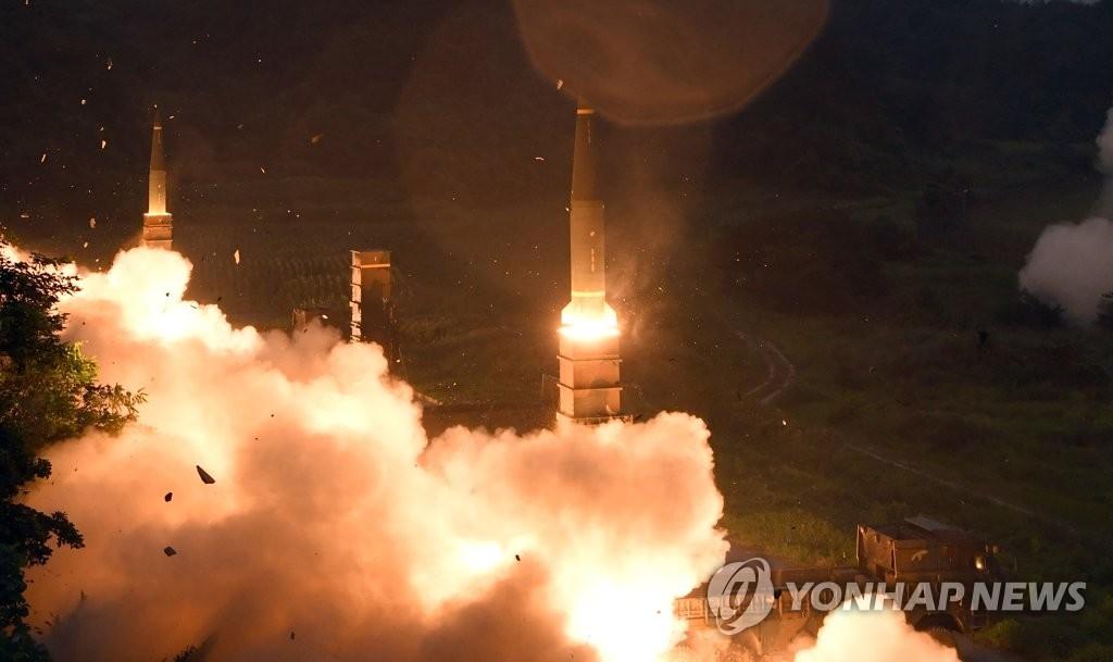 """资料图片:7月29日,韩军实施实弹演习,严防朝鲜武力挑衅。图为""""玄武-2""""弹道导弹发射场景。(韩联社/联参提供)"""