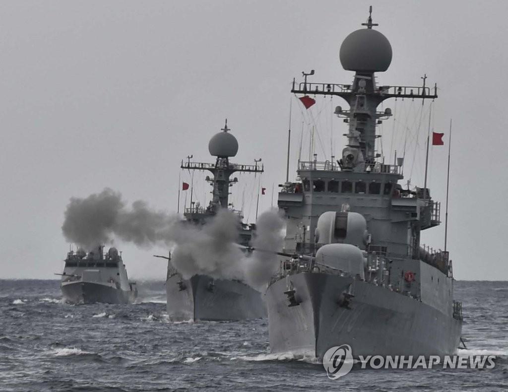 海军实施舰炮实弹射击演习