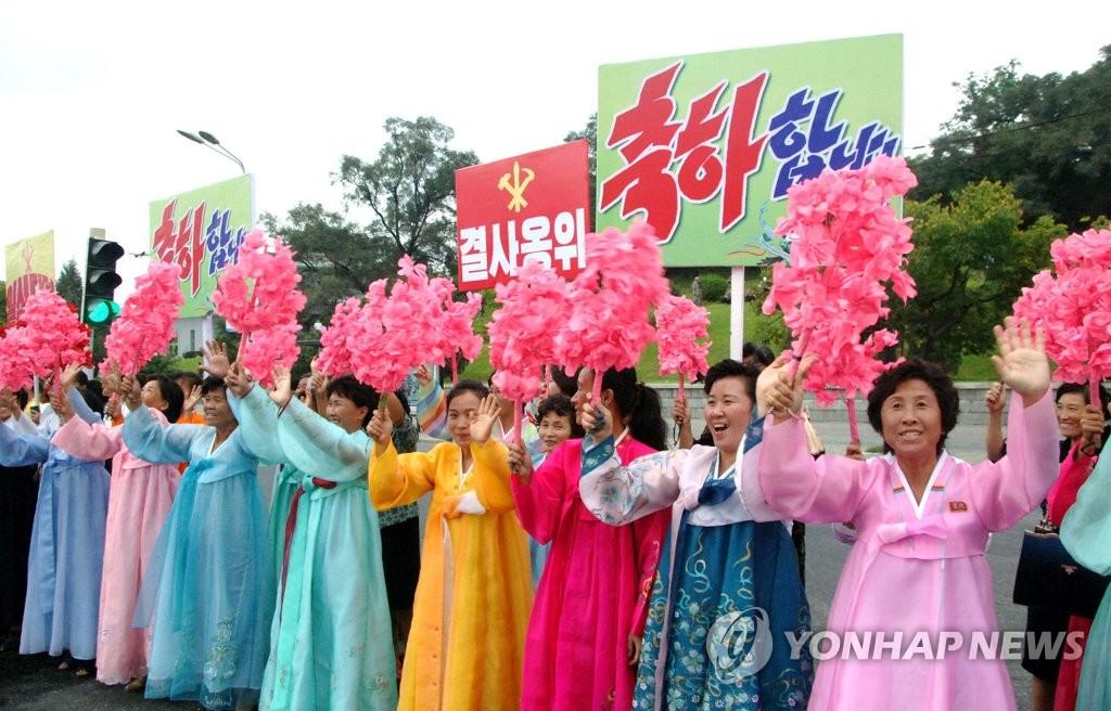 9月6日,平壤市民热烈欢迎氢弹试验参与人员访问平壤。图片仅限韩国国内使用,严禁转载复制。(韩联社/朝中社)