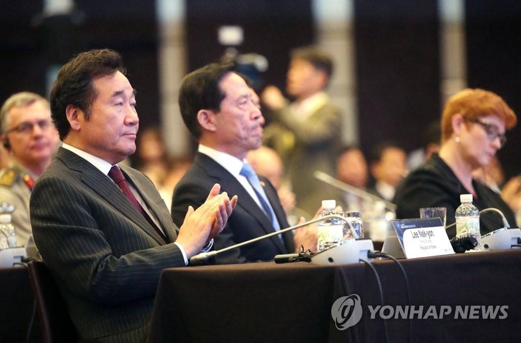 9月7日,在首尔威斯汀朝鲜酒店,李洛渊(左一)和宋永武(左二)出席首尔安全对话开幕式。(韩联社)