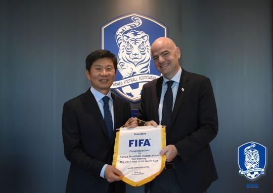 资料图片:韩国足协会长郑梦奎(左)与国际足联主席因凡蒂诺(韩联社/韩国足协供图)
