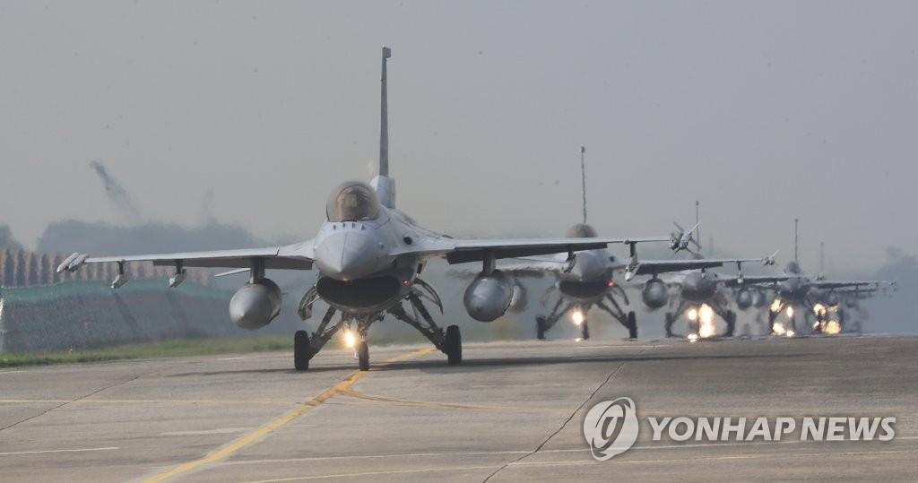 F-15K战机参加空中作战演习