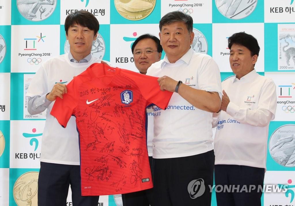 韩国足主帅赠送签名T恤