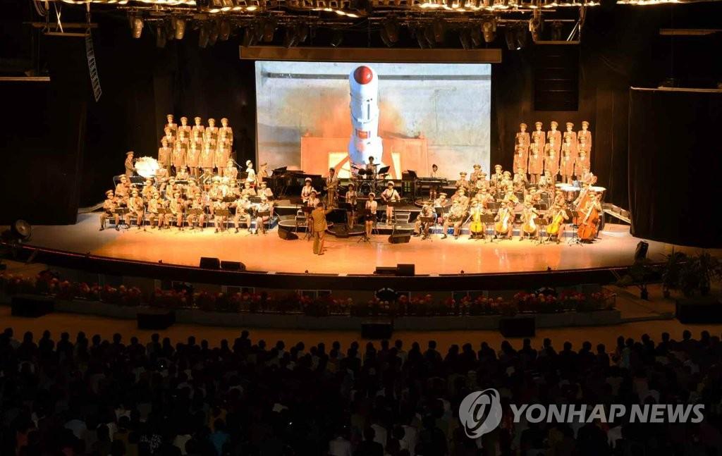 """""""光明星4号""""亮相朝鲜演出舞台"""