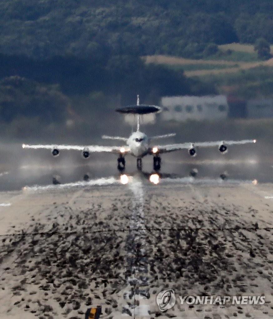 驻韩美军预警机起飞