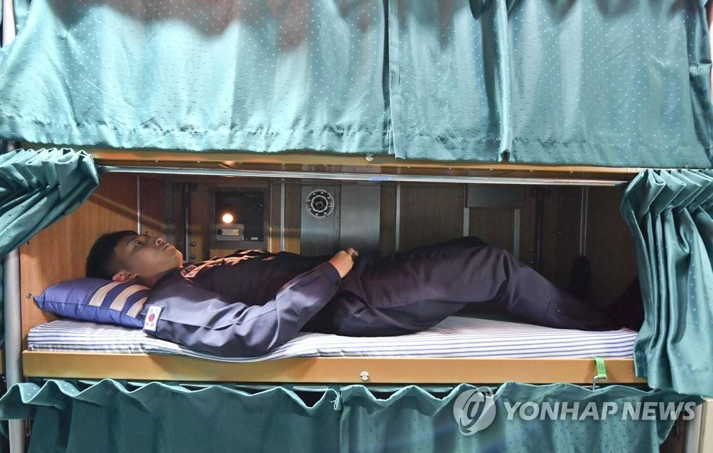 韩军公开潜艇内部照