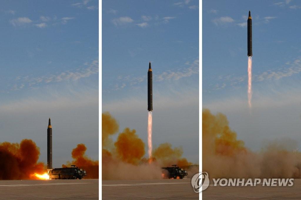 """图为朝中社公开的""""火星-12""""发射场景。图片仅限韩国国内使用,严禁转载复制。(韩联社/朝中社)"""