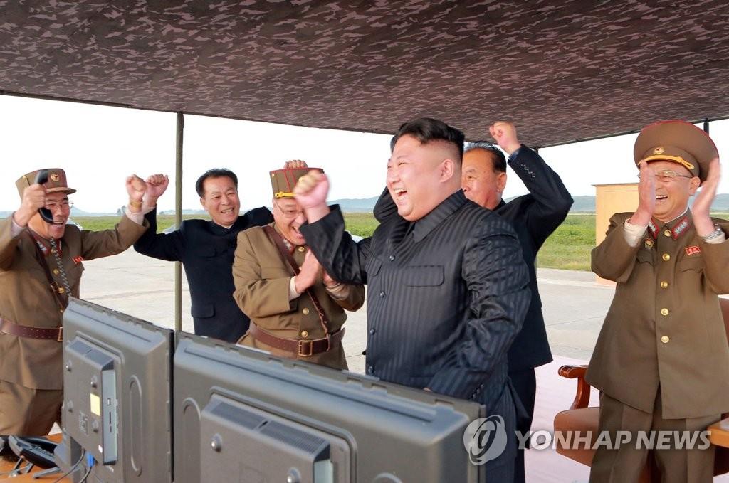 """9月15日,金正恩现场指导""""火星-12""""试射。图片仅限韩国国内使用,严禁转载复制。(韩联社/朝中社)"""