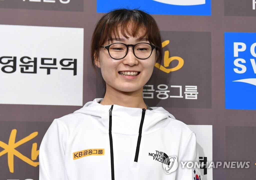 9月18日,在首尔泰陵选手村,韩国短道速滑运动员崔珉祯向媒体介绍异地训练成果。(韩联社)