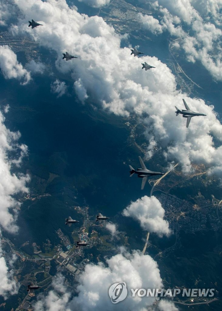 美军F-35与B-1战轰编队来韩演习空袭