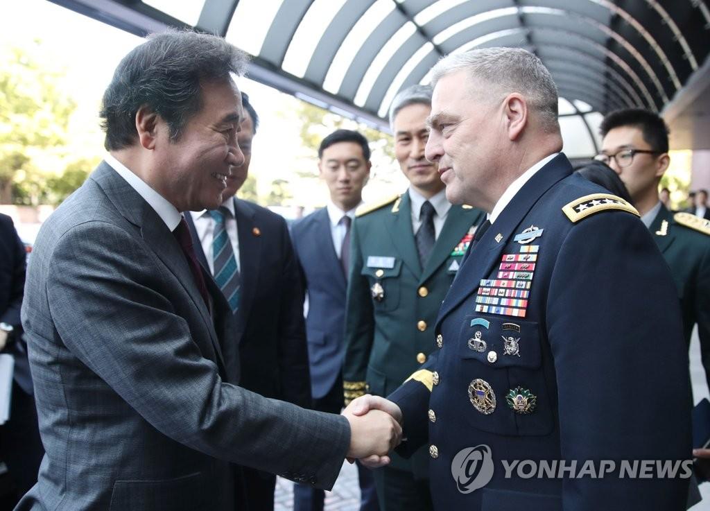 韩总理与美陆军参谋长握手