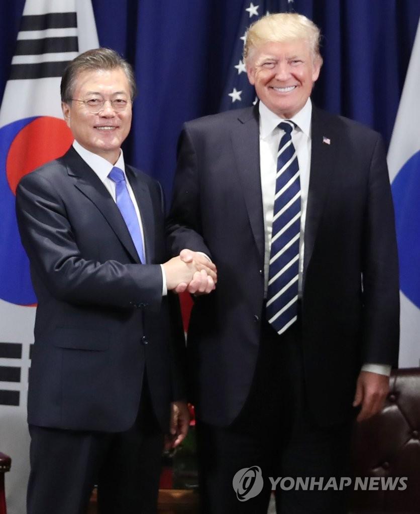 韩美首脑握手合影
