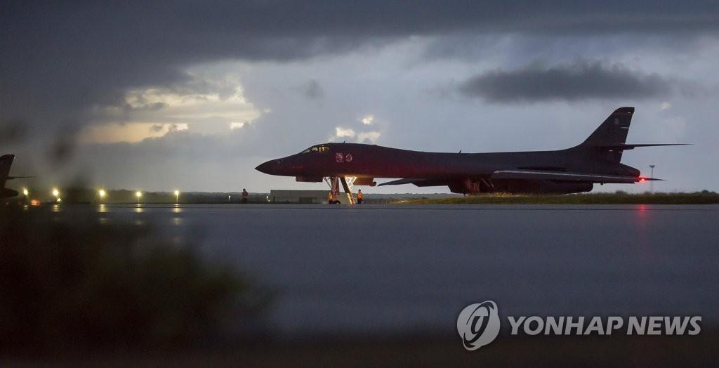 等待起飞的B-1B轰炸机