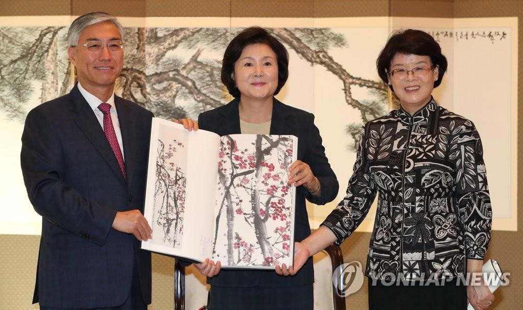 韩国第一夫人获赠齐白石全集