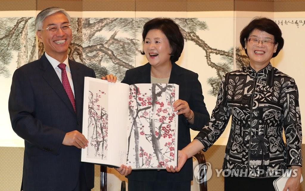 韩第一夫人接受中国大使赠礼