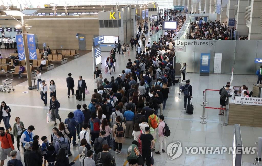 仁川机场出境旅客排长龙