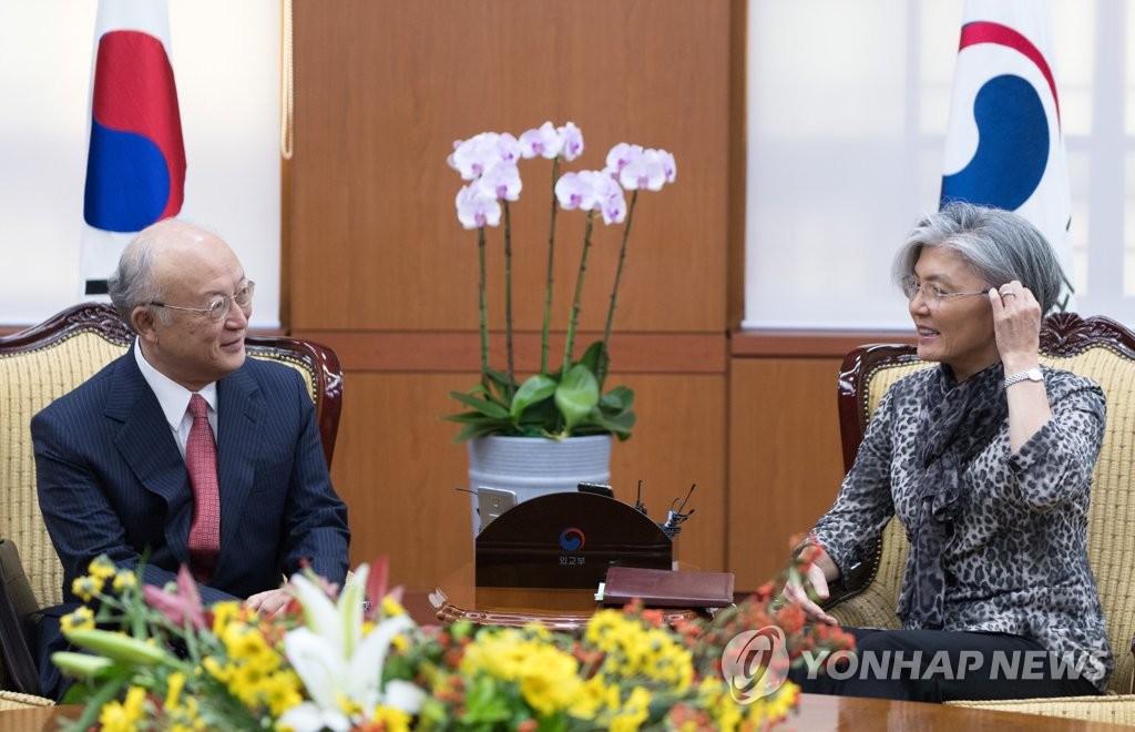 9月29日,在首尔外交部大楼,天野之弥(左)与康京和进行交谈。(韩联社)