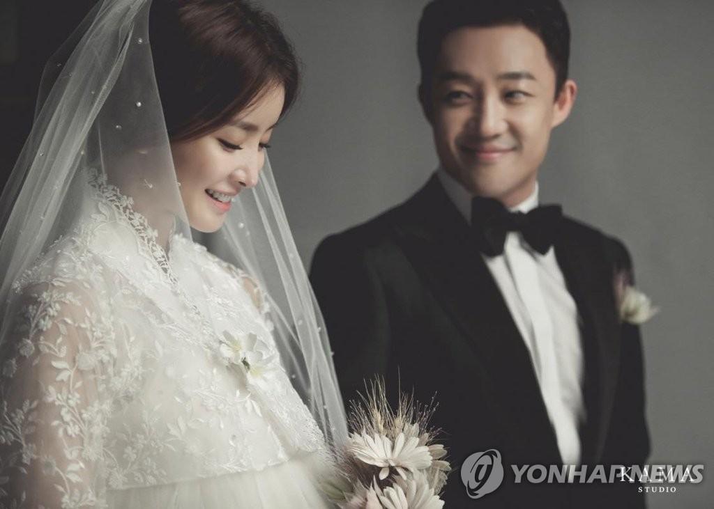 李诗英公开婚纱照