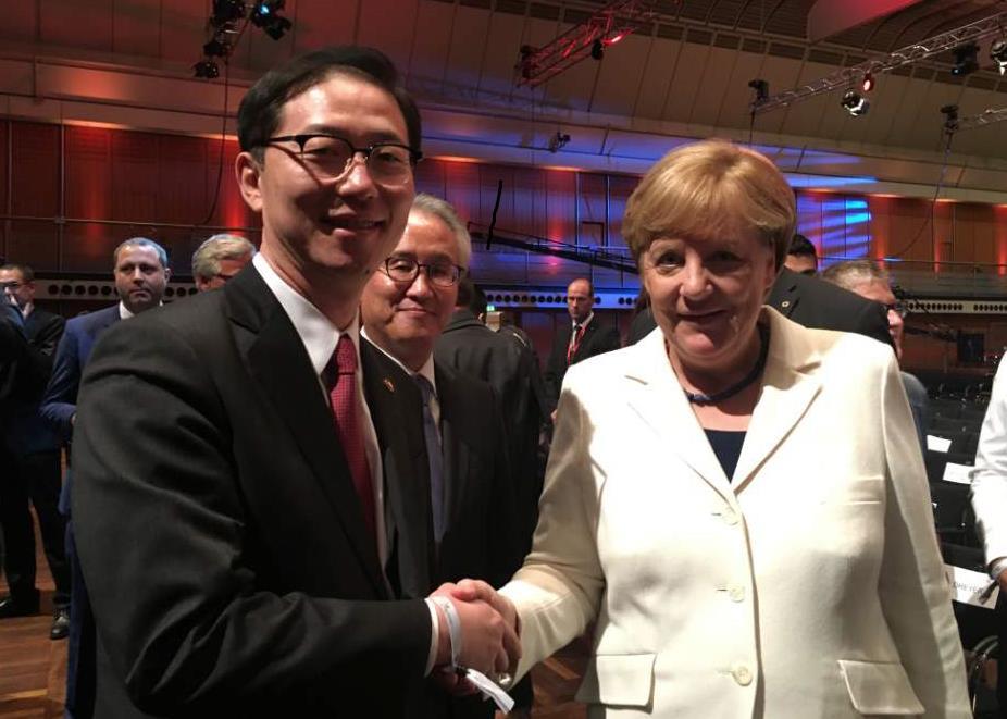 韩统一副部长同默克尔亲切握手