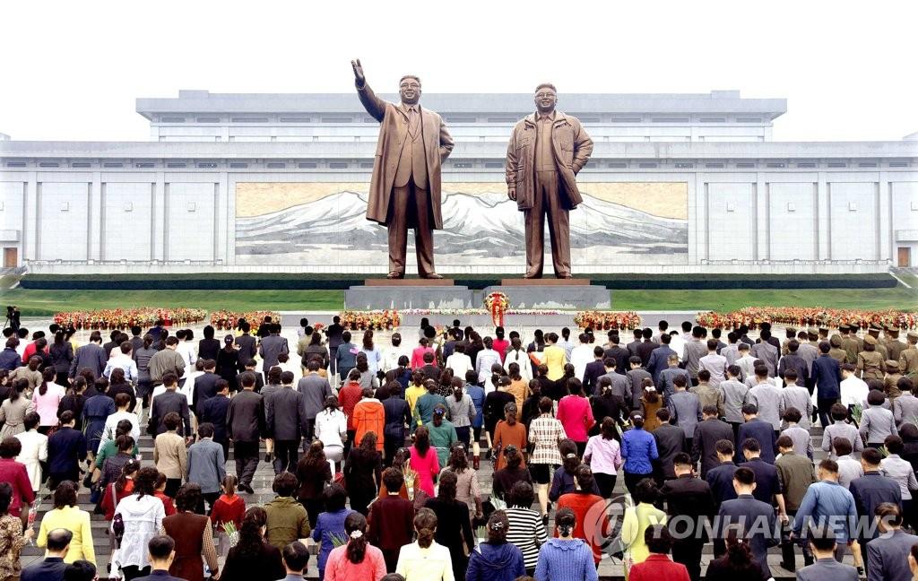 朝人民向金日成金正日铜像献花