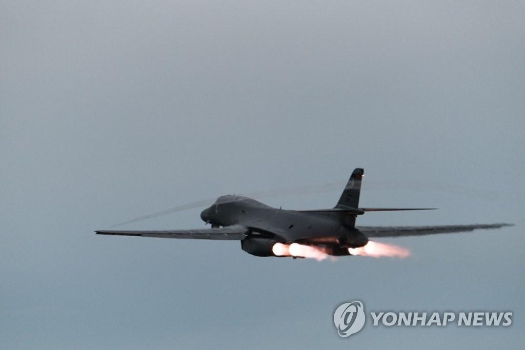 B-1B轰炸机飞往半岛东部海域