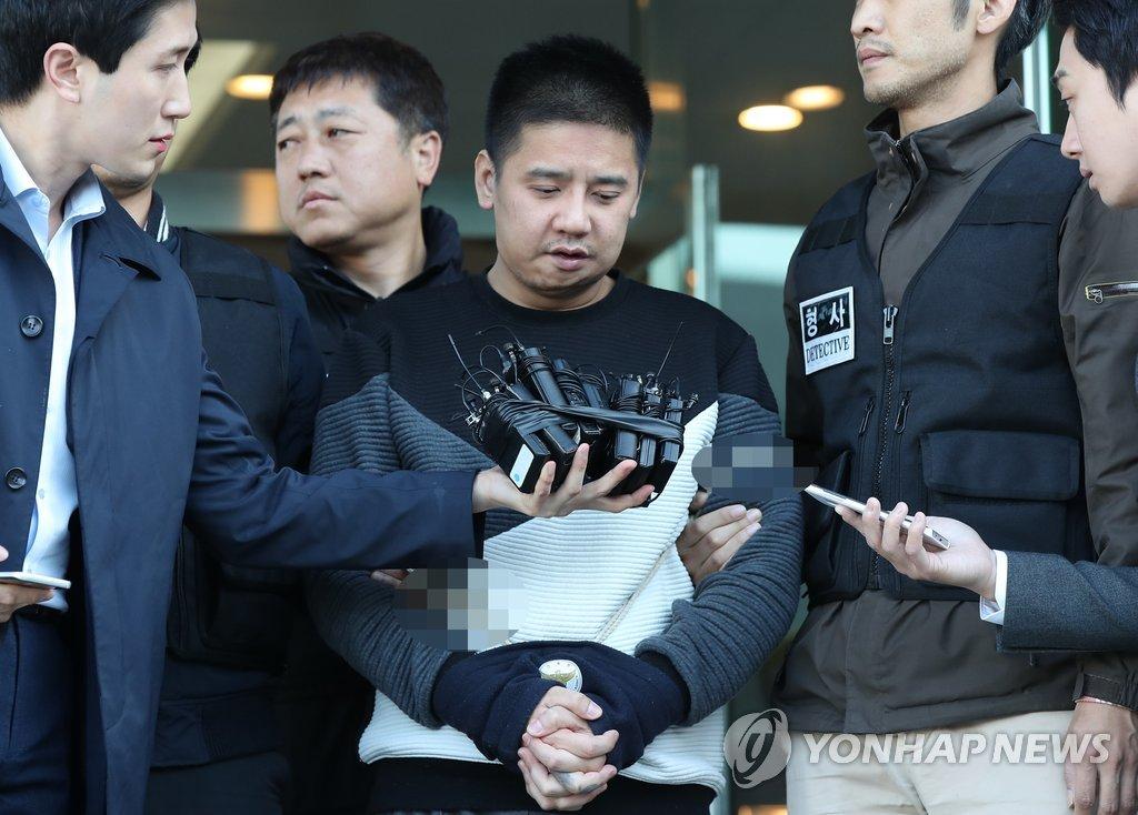 2017年10月13日,李某在首尔一警察厅前答记者问。(韩联社)