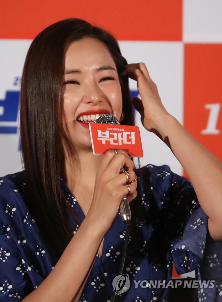 李哈妮笑容迷人