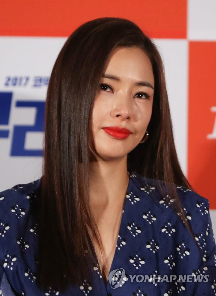 李哈妮展优雅气质