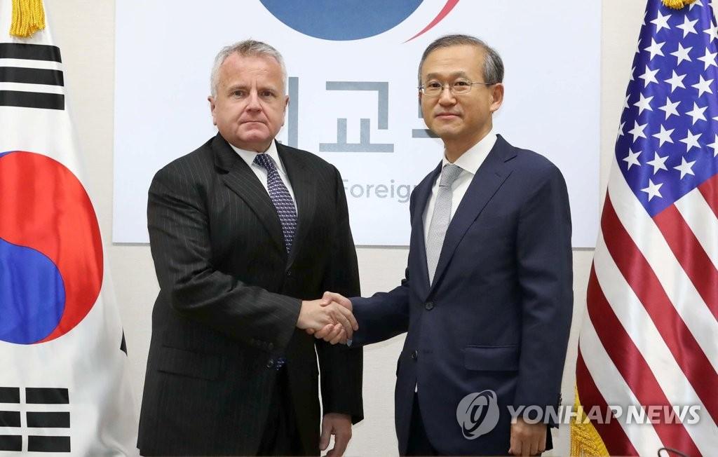 资料图片:2017年10月18日,在首尔外交部大楼,林圣男(右)与沙利文在举行会谈前握手合影。(韩联社)