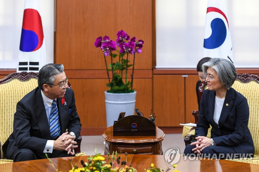 10月18日上午,在外交部大楼,康京和(右)会晤杉山晋辅。(韩联社)