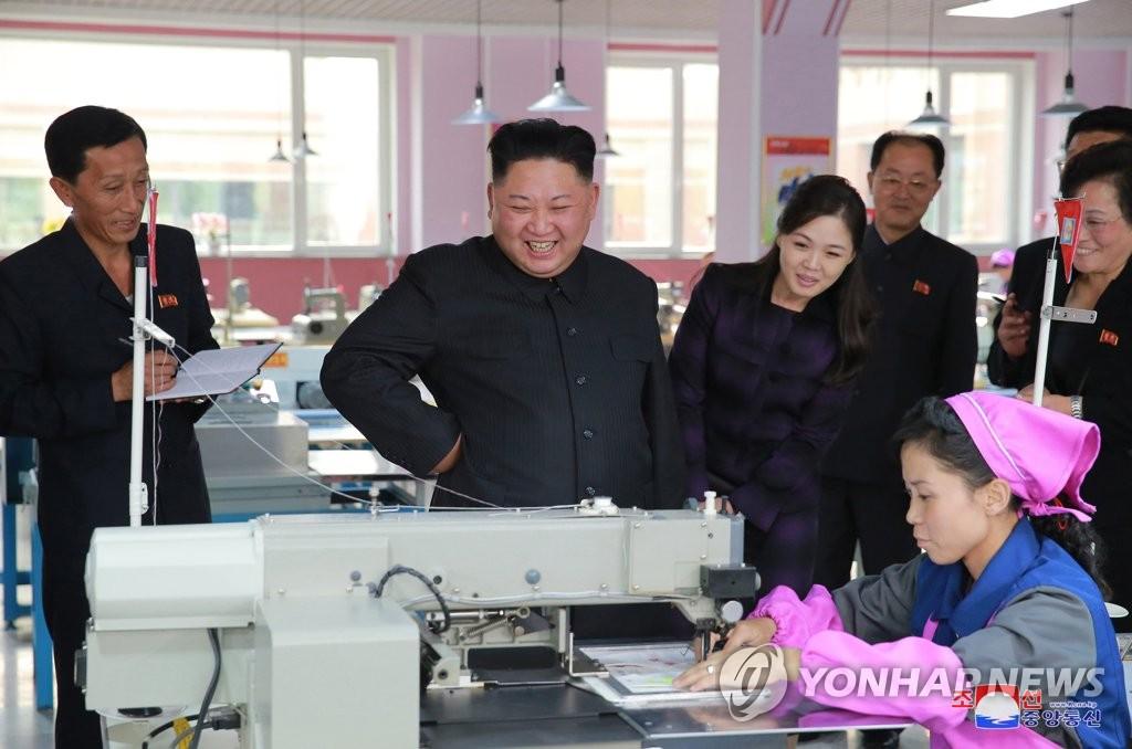 金正恩夫妇视察改建鞋厂