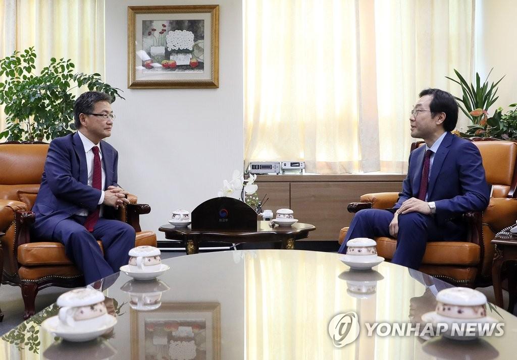 10月20日,在外交部大楼,李度勋(右)会晤约瑟夫·尹(韩联社)