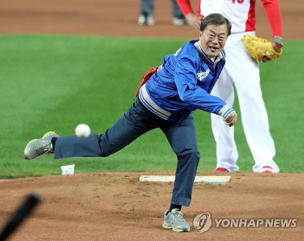 文在寅为韩国职业棒球首场比赛开球