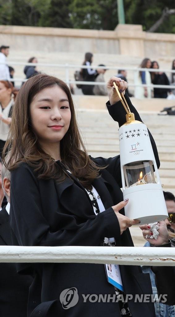 金妍儿手持奥运火种灯