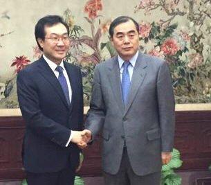 10月31日,在中国北京,李度勋(左)和孔铉佑在会谈前握手合影。(韩联社/外交部提供)