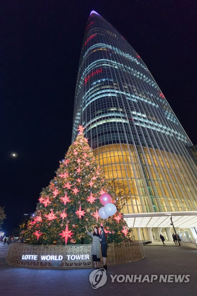 圣诞树和大厦灯光交相辉映