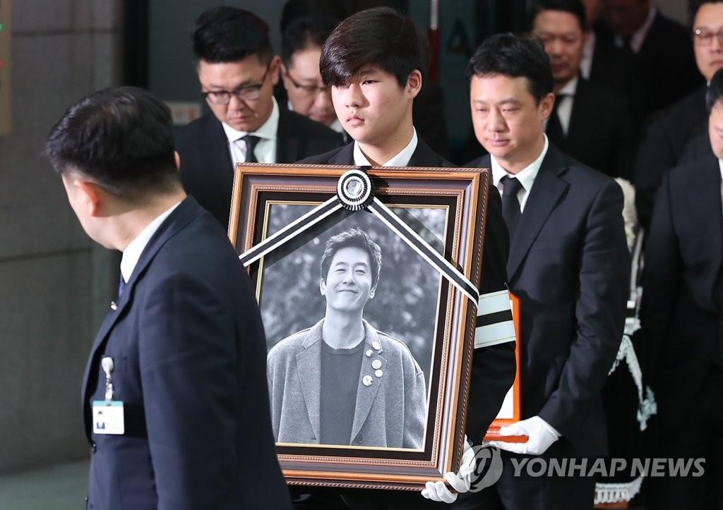 11月2日上午,在首尔峨山医院正在举行已故演员金柱赫出殡仪式。(韩联社)
