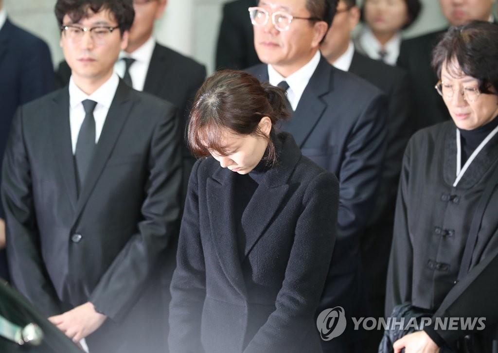 金柱赫生前女友李宥英(左二)出席出殡仪式。(韩联社)