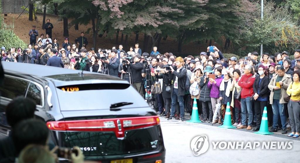 200余名粉丝聚集现场,流泪送别故人。(韩联社)