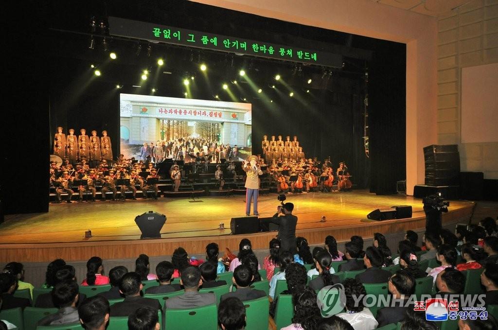朝鲜举办综合文艺表演