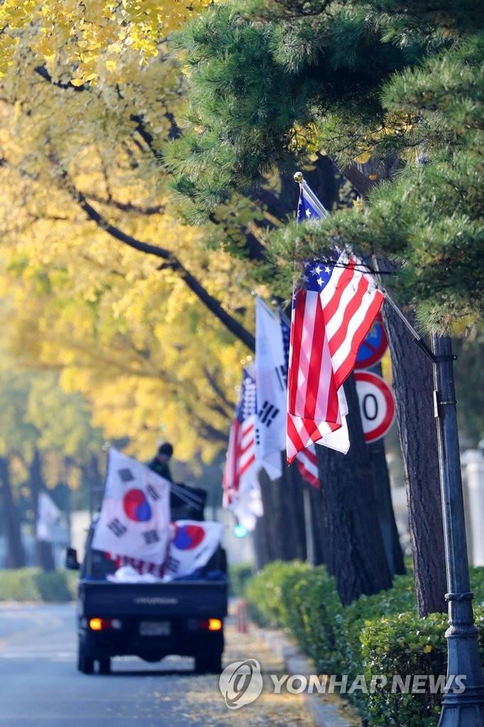 韩美两国国旗悬挂在首尔街头