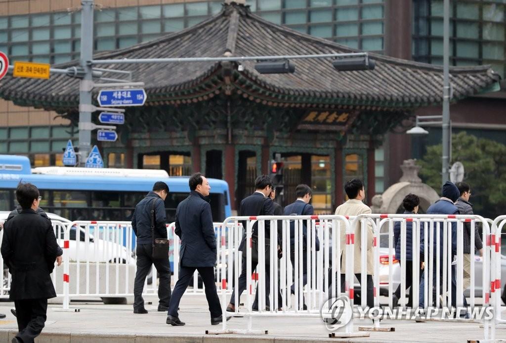 特朗普访韩在即 首尔市区设置交通护栏